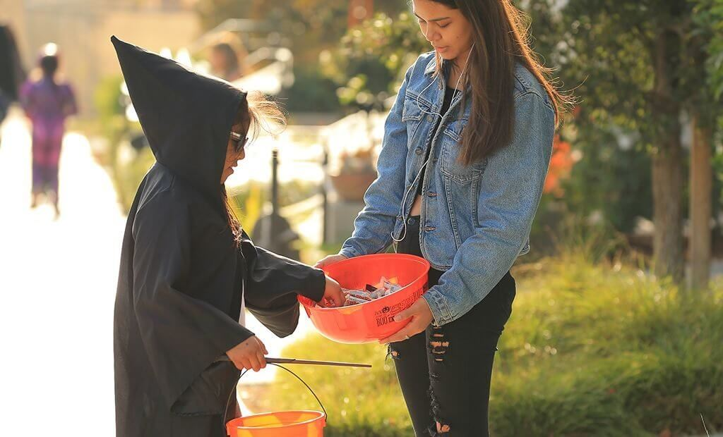 trick-or-treating-candy-bucket-1024x620